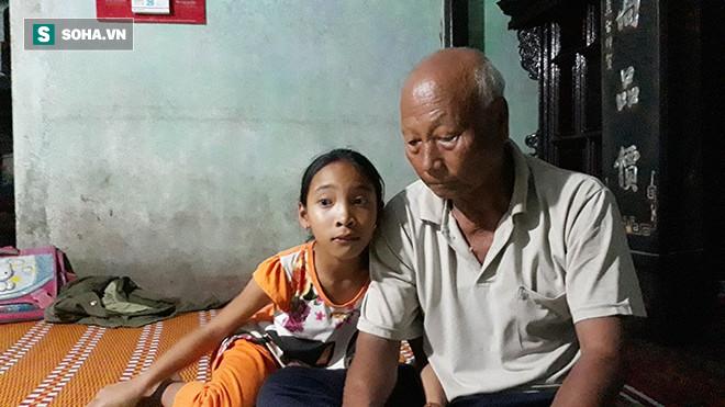 Trần Thị Kim Liên luôn quấn quýt cạnh ông nội. Cô bé đủ lớn để cảm nhận rõ nỗi đau mất mát, khó nguôi.