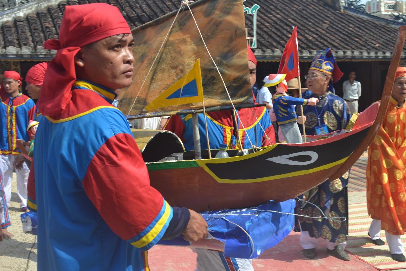 Thuyền huyền câu và những hình nhân thế mạng mô phỏng trong nghi lễ này.