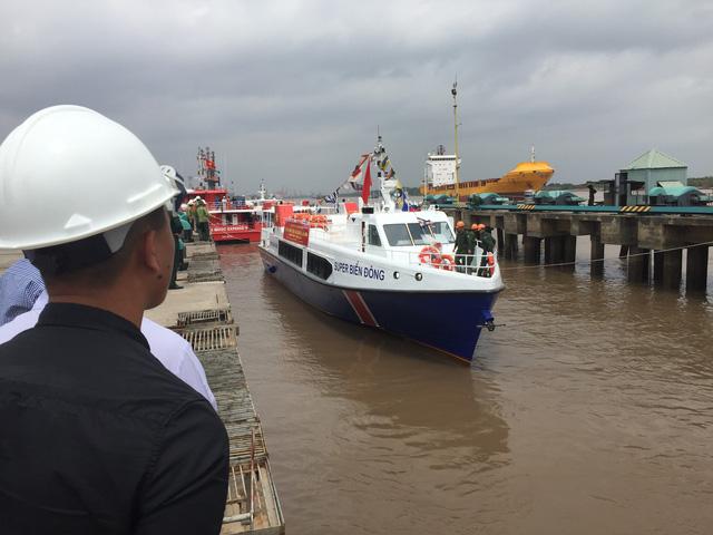 Tàu hạ thủy an toàn xuống cảng