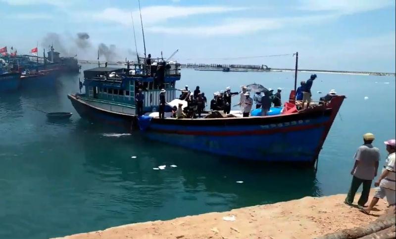 Tàu cá ông Chín đưa 3 thuyền viên về quê mai táng