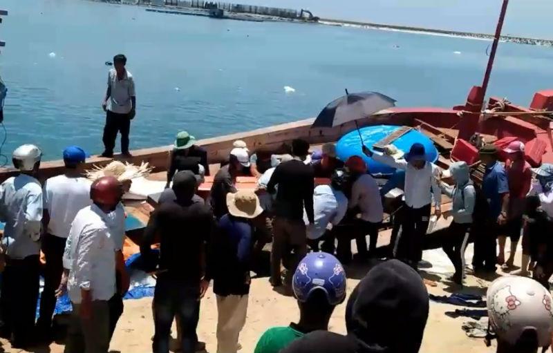 Rất đông người dân đến tiễn biệt các ngư dân tử nạn