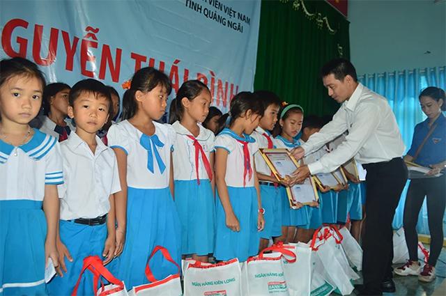 Đại diện lãnh đạo Kienlongbank trao học bổng cho các em học sinh