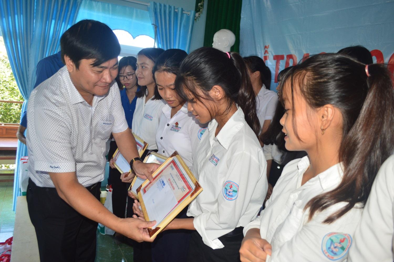 Nhà báo Nguyễn Ngọc Toàn - Phó tổng biên tập Báo Thanh Niên trao học bổng cho học sinh Lý Sơn