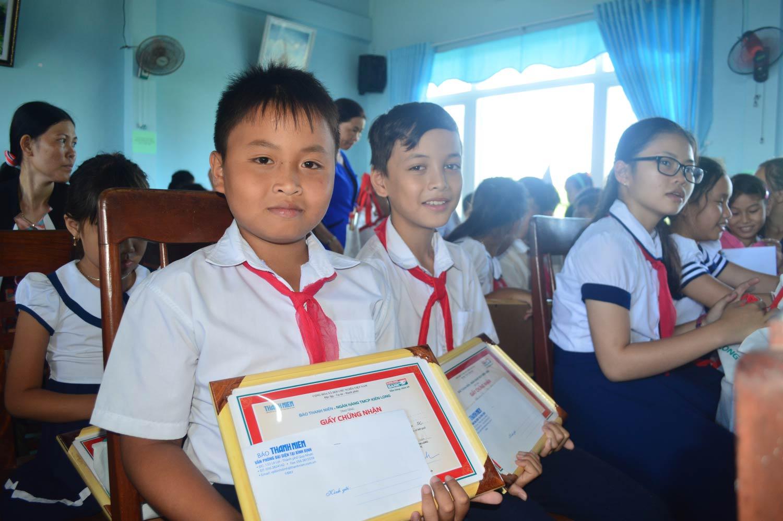 Niềm vui hiện trên gương mặt các em học sinh được nhận học bổng