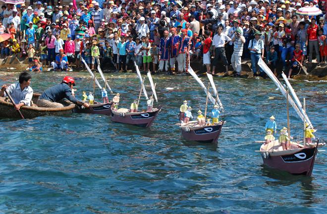 Nghi thức thả mô hình khinh thuyền xuống biển, tưởng nhớ, tri ân công đức đội hùng binh Hoàng Sa ở huyện đảo Lý Sơn. Ảnh: Minh Hoàng.