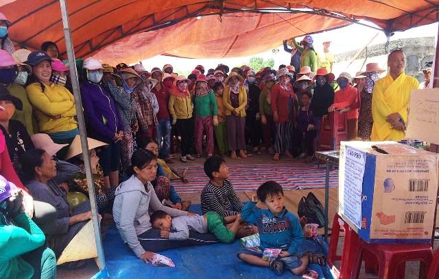 Hàng trăm người dân trên đảo đến thăm viếng và góp tiền giúp gia đình các ngư dân gặp nạn.