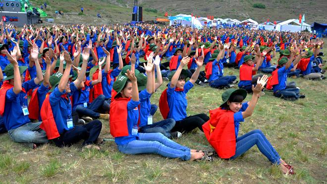 Nhiều bạn trẻ sinh hoạt Đoàn dưới chân núi Thới Lới (huyện đảo Lý Sơn).