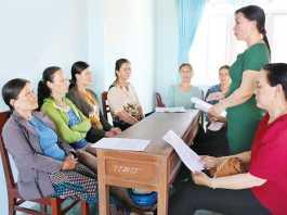 Chi hội phụ nữ thôn Tây, xã An Vĩnh tuyên truyền, vận động hội viên hạn chế sử dụng túi ni lông.