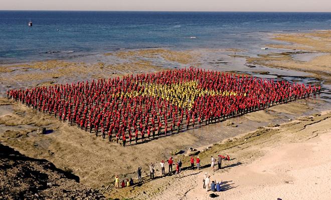 3.000 người xếp cờ Tổ quốc, hát quốc ca trên biển ở thắng cảnh Hang Cau, huyện đảo Lý Sơn.