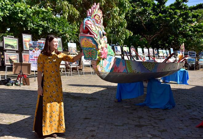 """Không gian trưng bày hình ảnh, tư liệu chuyên đề """"Lý Sơn - Di sản văn hóa biển đảo"""" sáng 29/6."""