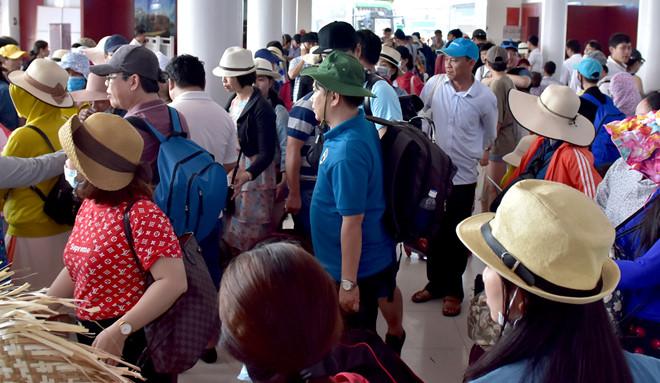 Hơn 2.300 du khách bị kẹt ở huyện đảo Lý Sơn do áp thấp nhiệt đới