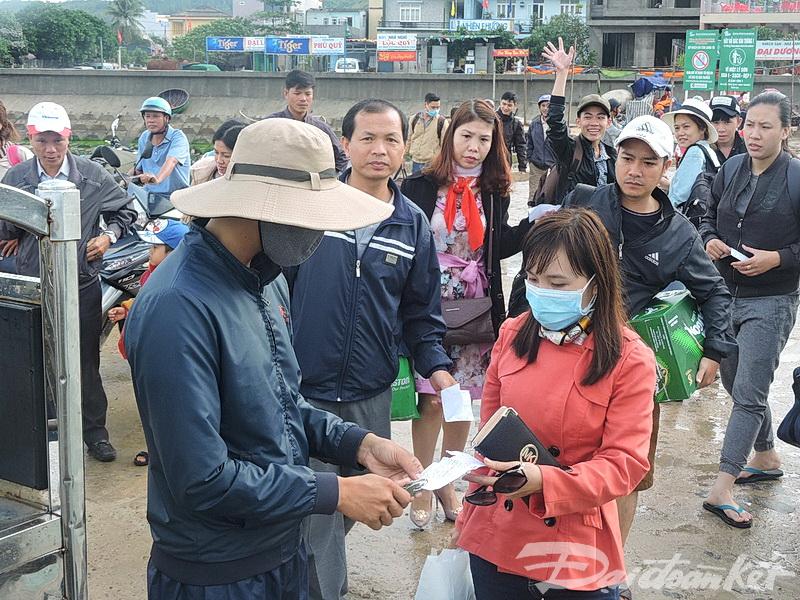 Một đợt khách du lịch mắc kẹt lại đảo Lý Sơn do biển động mạnh.