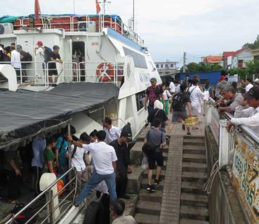 Sáng 5-6, hàng nghìn khách từ đảo Lý Sơn trở lại đất liền