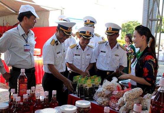 Hướng dẫn viên giới thiệu cho du khách các sản phẩm làm từ tỏi và các đặc sản của quê hương Hải đội Hoàng Sa