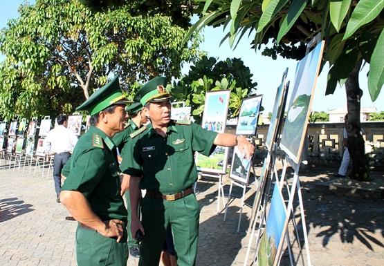 Cán bộ, chiến sĩ lực lượng vũ trang tham quan khu vực trưng bày ảnh