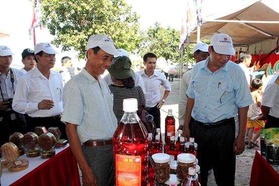 Du khách tham quan khu vực trưng bày, giới thiệu đặc sản của Lý Sơn và các địa phương ven biển Quảng Ngãi