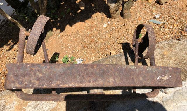 Mặt dưới của dụng cụ có tên gọi là cây lăn đất