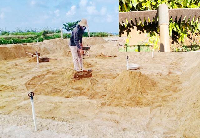 Dụng cụ cào đất phá bỏ mặt trên lớp đất cũ để thay lớp đất mới.