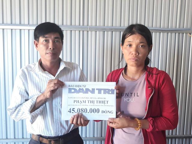 Thay mặt bạn đọc Dân trí, ông Nguyễn Mỹ - PCT UBND xã An Hải đã trao đầy đủ số tiền cho chị Phạm Thị Thiệt