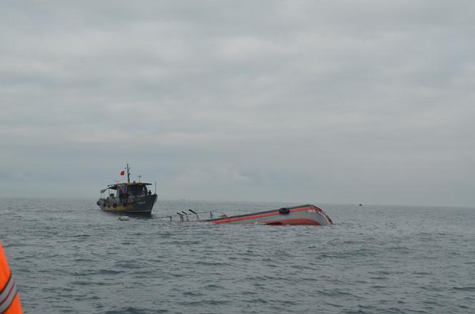 Tàu cá bị chìm trên biển