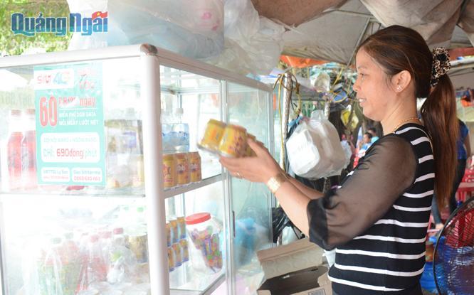 Vượt qua nỗi đau mất chồng, 8 năm qua, chị Võ Thị Thành, ở thôn Tây, xã An Hải (Lý Sơn) mở quán nước tạo thu nhập nuôi con ăn học.