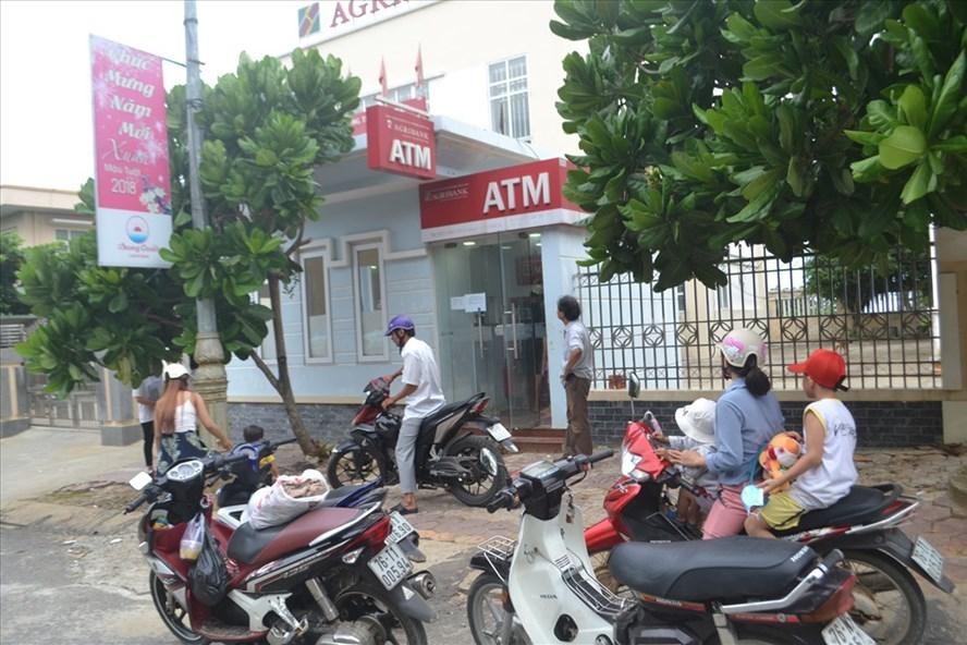 Người dân và du khách chờ rút tiền tại cây ATM của Agribank Lý Sơn. Ảnh: P.V