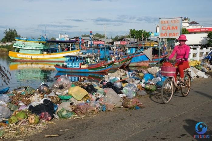 rác ở khu vực cảng sa kỳ