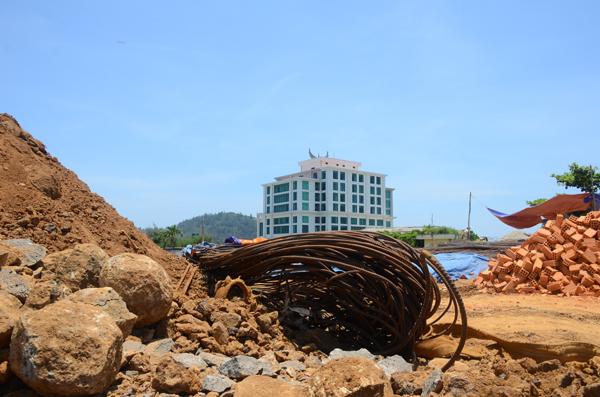 Tại Lý Sơn đang diễn ra tình trạng xây dựng chồng lấn, lấn biển, phá vỡ cảnh quan, không tuân thủ không gian, mật độ xây dựng