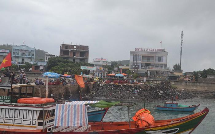 Cần khẩn trương thu gom rác thải trôi dạt vào bờ nhằm hạn chế ô nhiễm môi trường cũng như ảnh hưởng đến môi trường du lịch.