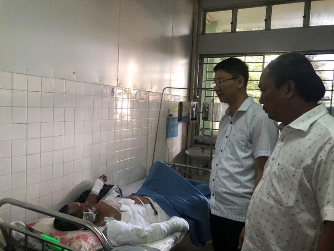 Một nạn nhân bị thương nặng đang được chăm sóc tại BV Đà Nẵng