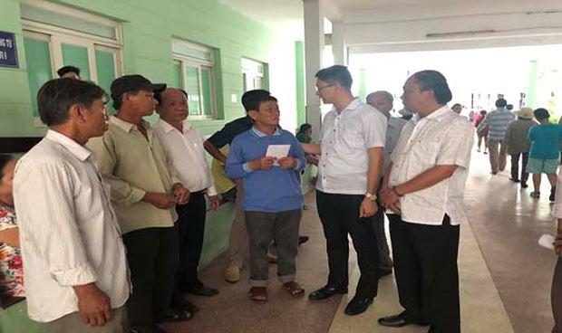 Lãnh đạo huyện Lý Sơn thăm và trao tiền hỗ trợ cho nạn nhân vụ nổ tàu