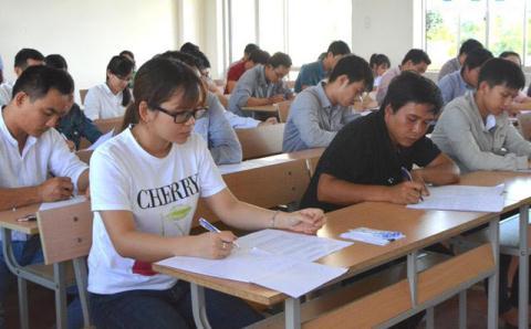 Các thí sinh tham gia một kỳ thi tuyển ở Quảng Ngãi.