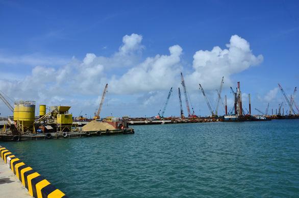 Một góc cảng biển Dung Quất, nơi dự kiến sẽ nạo vét luồng tuyến tạo ra khối lượng vật chất dư thừa 15,5 triệu m3 đang xin nhận chìm