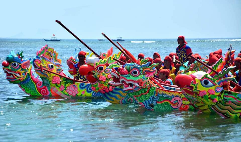 8 đội thuyền của các xã tề tựa vào ngày mồng 8 để đua thuyền tứ linh