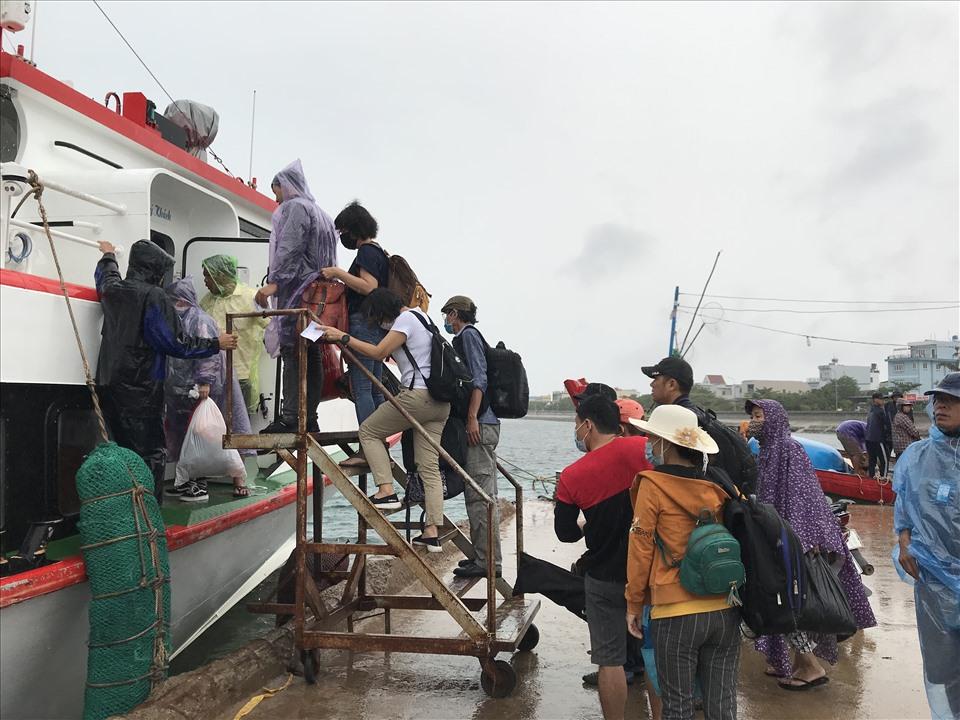 Từ ngày 13 giờ ngày 17.9, UBND tỉnh Quảng Ngãi cấm tất cả các phương tiện, tàu, thuyền ra biển hoạt động (bao gồm phương tiện vận tải hành khách tuyến Sa Kỳ-Lý Sơn và ngược lại).