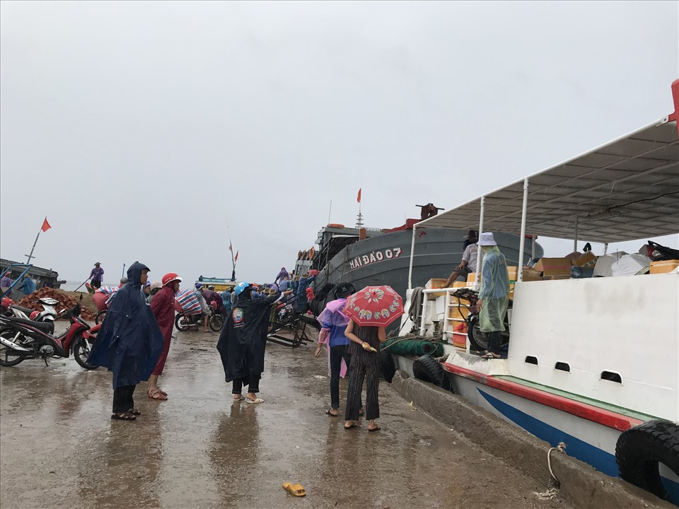 Theo ghi nhận, sáng 17.9, nhiều hành khách có mặt tại Lý Sơn để trở về đất liền trước cơn bão số 5.