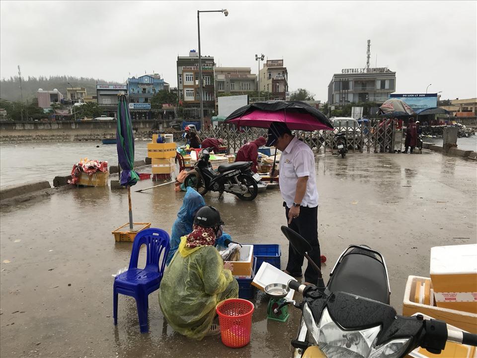 Một số ngư dân Lý Sơn tranh thủ bán nốt mẻ cá trước khi bão về.