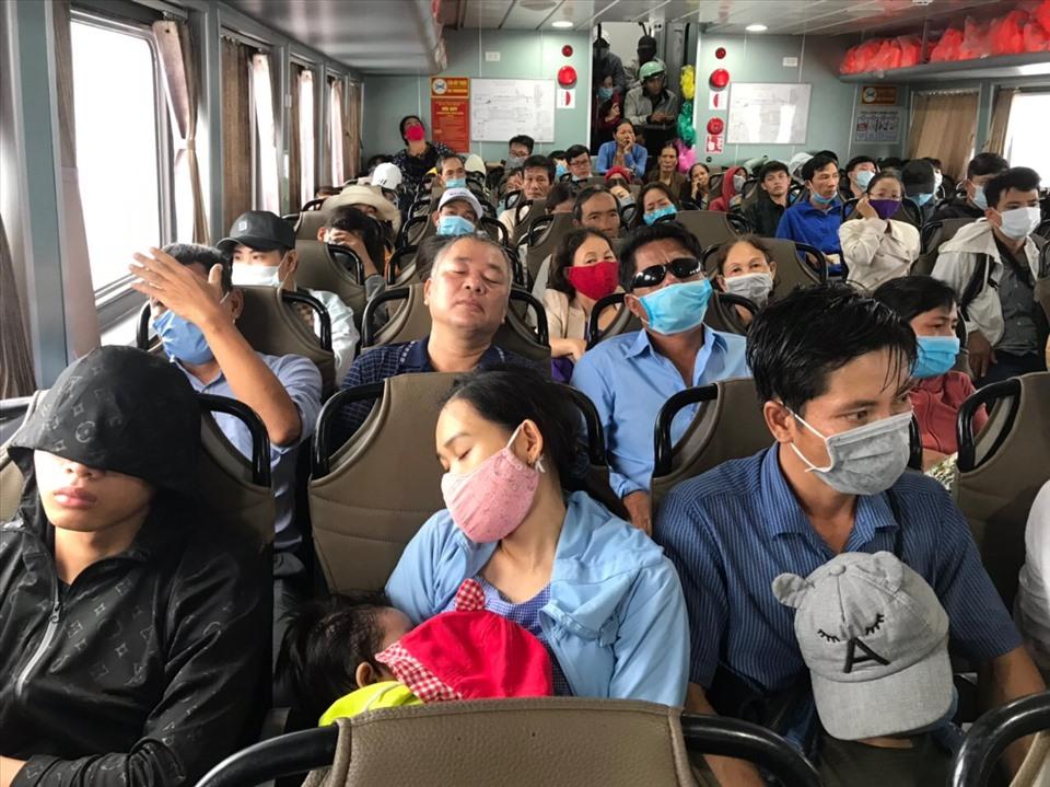 Sau 30 phút, hành khách có mặt trên chuyến tàu duy nhất trong ngày để trở về đất liền.