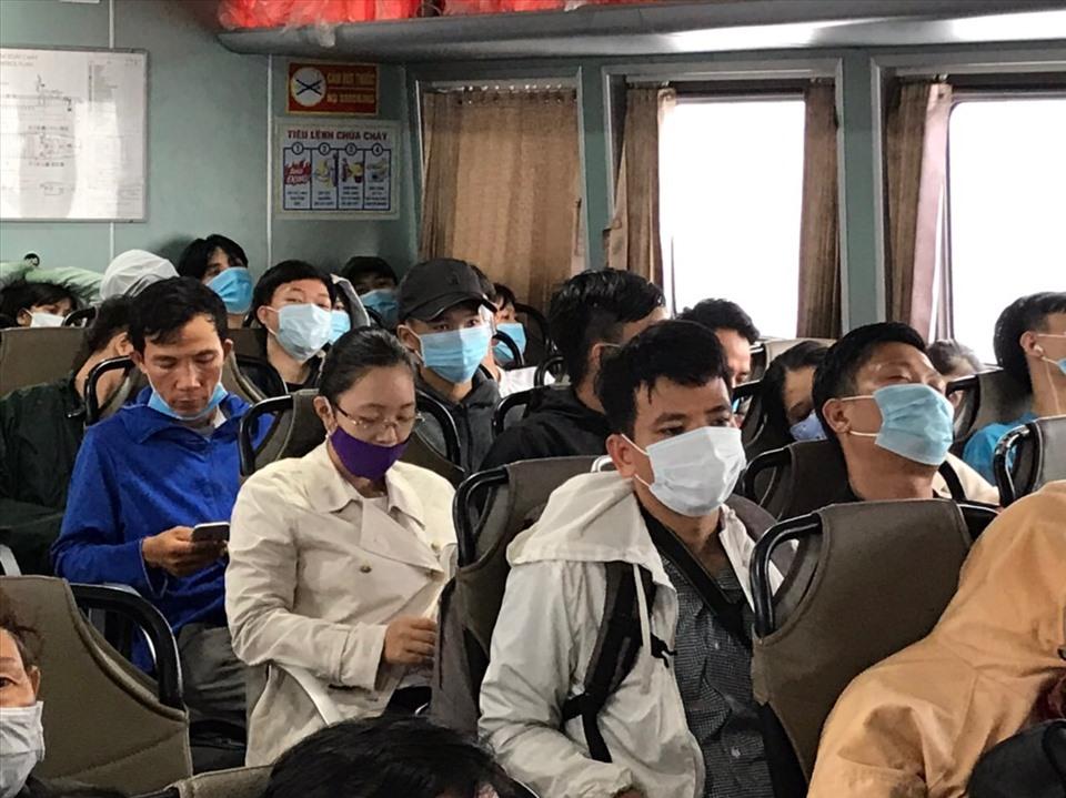 Nhiều hành khách tỏ rõ sự mệt mỏi sau khi xếp hàng, chen chúc lên tàu.