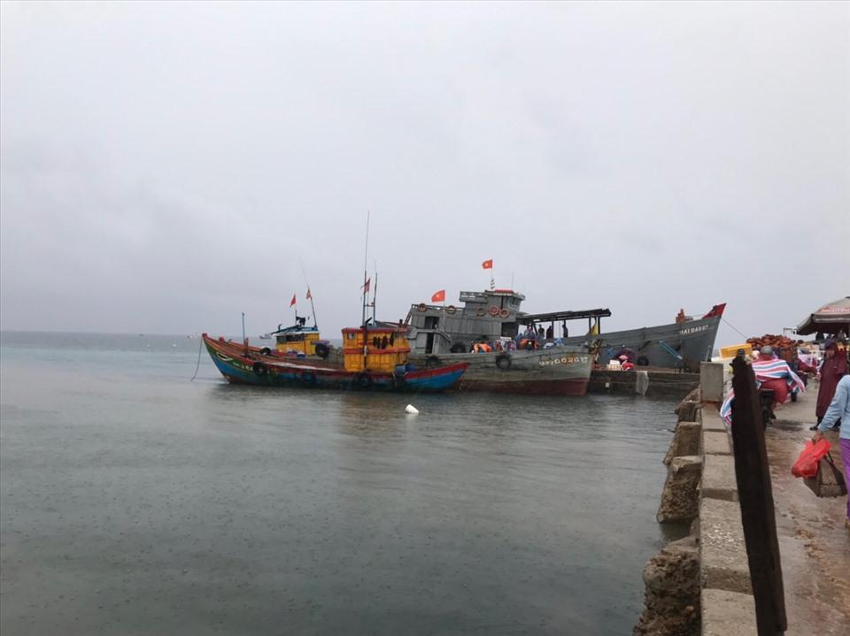Tàu đánh cá trở về nằm im lìm tại bến cảng Lý Sơn.