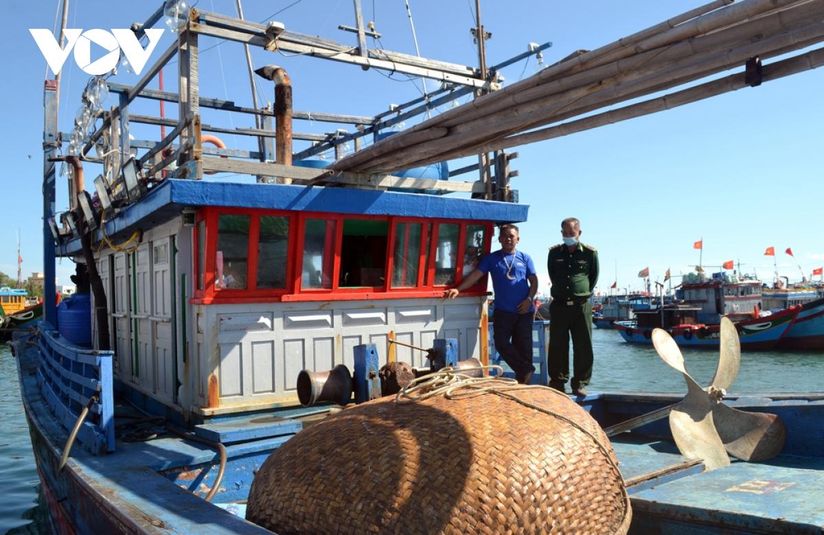 Tàu cá BĐ 96129 TS được lai dắt về neo đậu, chờ sửa chữa tại âu thuyền Lý Sơn