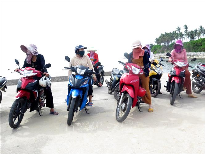 Tổ xe ôm của chị em phụ nữ đảo Bé (Lý Sơn, Quảng Ngãi).