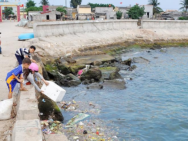 Do ý thức hạn chế, không ít người ở huyện đảo Lý Sơn đã tùy tiện xả rác xuống biển.