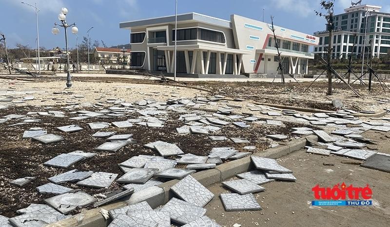 Nhiều gạch, đá lát bị bong tróc, nằm vất vưởng khắp khuôn viên cảng Bến Đình