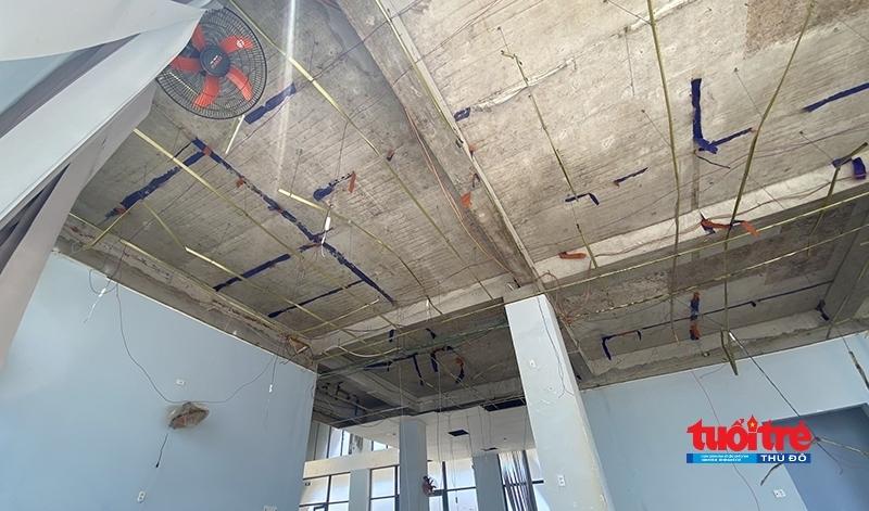 La phông trần nhà ga cảng Bến Đình bị lột sạch.