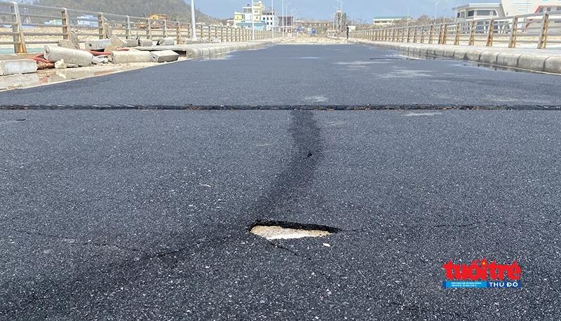 Lớp nhựa đường trên mặt cảng Bến Đình rạn nứt, bong tróc