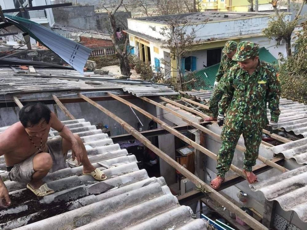 Đồn Biên Phòng Lý Sơn huy động Cán bộ, chiến sĩ lợp lại mái nhà cho các hộ gia đình bị thiệt hại nặng