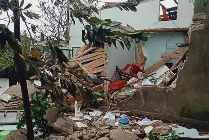 Một căn nhà ở Lý Sơn bị bão đánh sập.