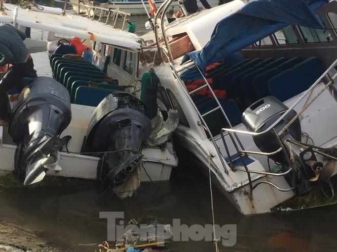 Nhiều thuyền du lịch bị sóng đánh chìm hoặc hư hỏng nặng.