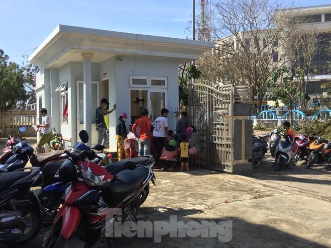 Nhiều bà con tập trung tại ngân hàng Agribank trên đảo Lý Sơn để sạc điện thoại và lấy nước sinh hoạt về dùng.